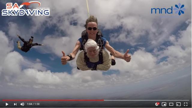 世界最高齢のスカイダイバー!!! 102歳のおばあちゃんが時速220キロで空を駆け抜ける姿をご覧ください