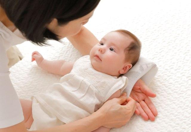 「抱っこした赤ちゃんを起こさずにベッドに寝かせる」ミッションに希望の光! 内側に腕を通せるベビー枕が便利そう