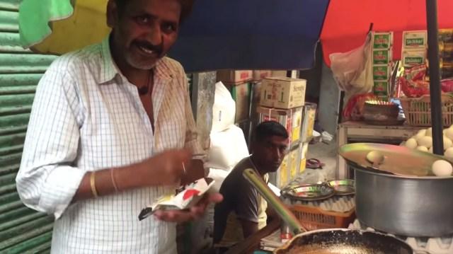 インドの屋台に「サッポロ一番塩ラーメン」を持っていくと…袋ごとバッキバキにされて激ウマなカレー風味雑炊が完成したよ!!