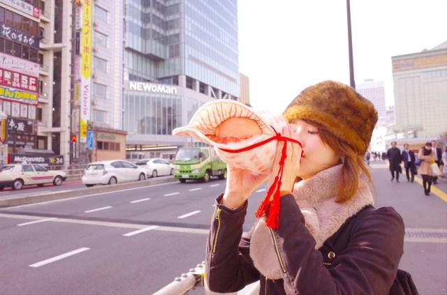 ほら貝を吹いているように見えるペットボトルケースを使って1日生活してみた / 意外と優秀だけど目立ちすぎるぅーー!!
