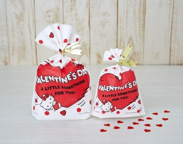 サンリオのバレンタインギフトバッグが可愛すぎる…キューピッドの羽根をつけたキティさんと真っ赤な♡がラブリーです