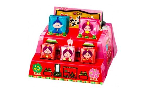 【あら素敵】箱を組み立てると「ひな壇」に! お内裏様やお雛様のチロルチョコを飾ってにぎやかにしちゃお☆