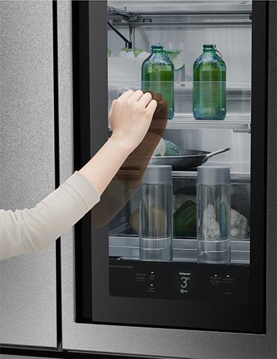 ドアを2回ノックすると中身が見える!? 自動ドア機能もついた「日本初上陸の冷蔵庫」が未来すぎる件