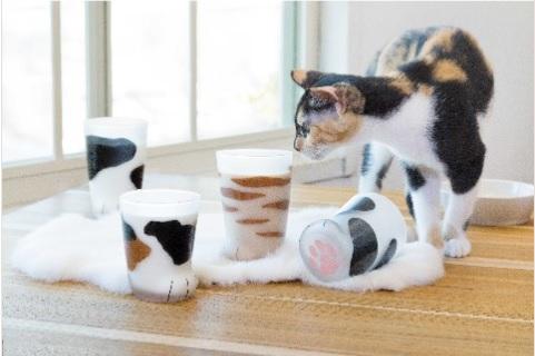 猫のおててがグラスになった! コロンとしたフォルムとピンクの肉球が可愛くて癒やされる〜♡