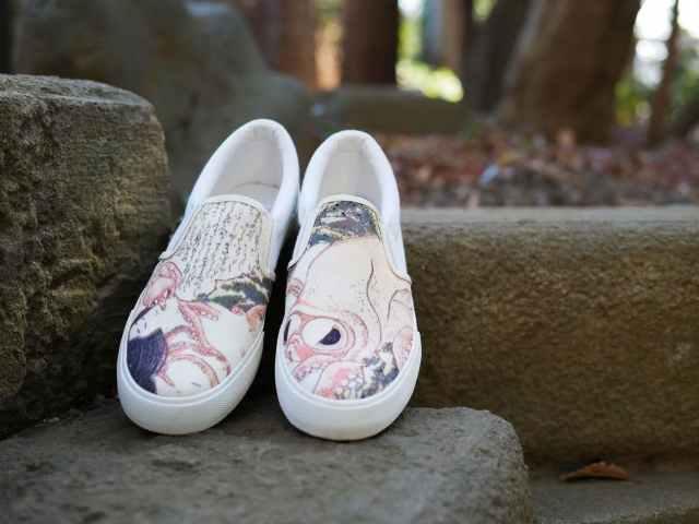 葛飾北斎の春画「蛸と海女」がスニーカーに! 片足ずつタコと海女が描かれたアシメなデザインがいい感じです