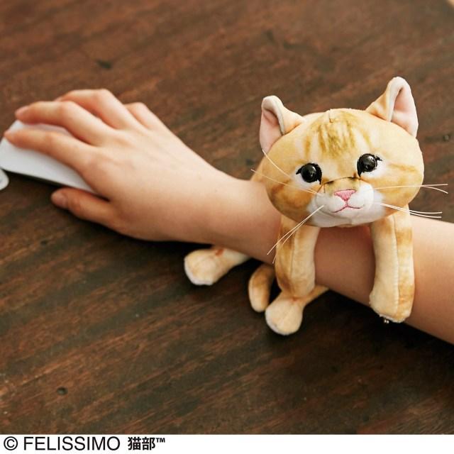 ニャンコさまの「かまって攻撃」を疑似体験できるアームレストが発売されたよ! 腕にゴロニャンと子猫が巻きつきます