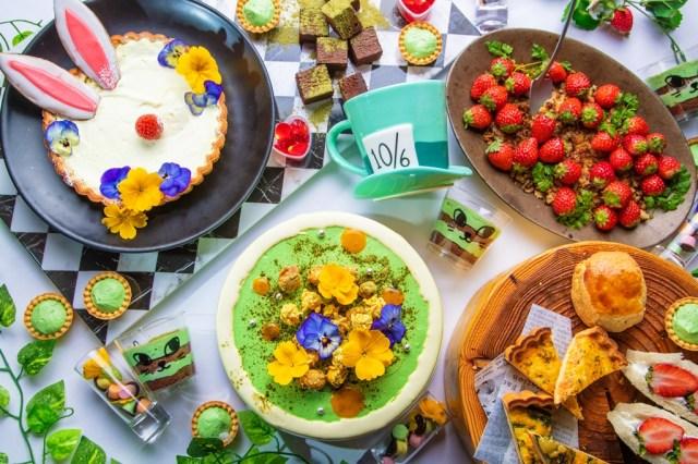 「ふしぎの国のアリス」をイメージしたお店でいちご×抹茶のデザートビュッフェはいかが? うさぎや花のデザートでお茶会しましょ