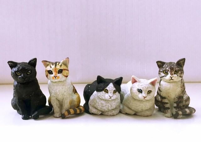 これがカプセルトイ!? 木彫り風「猫の彫刻」のクオリティが高すぎて猫感がたまらん! どこに置いても猫サマの視線を感じられるよ♪