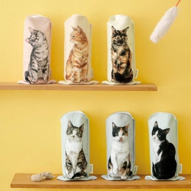 キュートな猫たちがジーッと見つめてくるペットボトルタオルがかわいくて便利! ハンドタオルにも消臭スプレーの目隠しにもなるんです♡