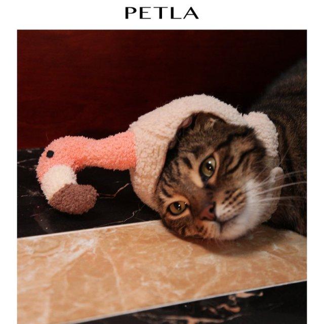猫用のフラミンゴ帽子が…可愛いけどなんだかシュール! ニャンコモデルの表情が虚無すぎてジワジワきます