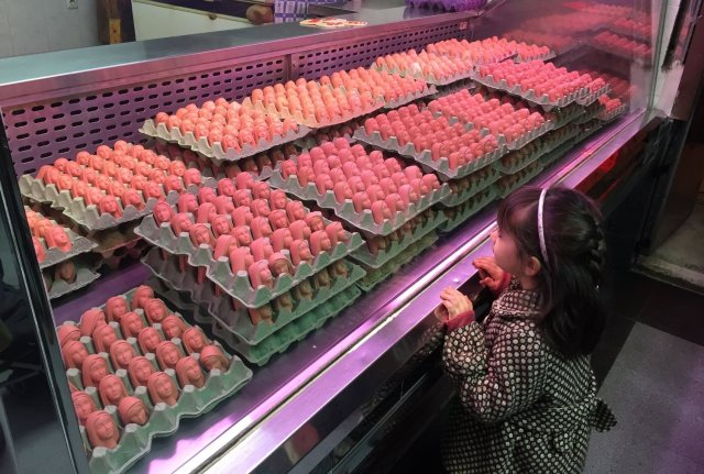 卵がいっぱい並んでいると思いきや…全部「聖母マリア」の顔! 狂気すら感じるその数にギョッとしちゃいます