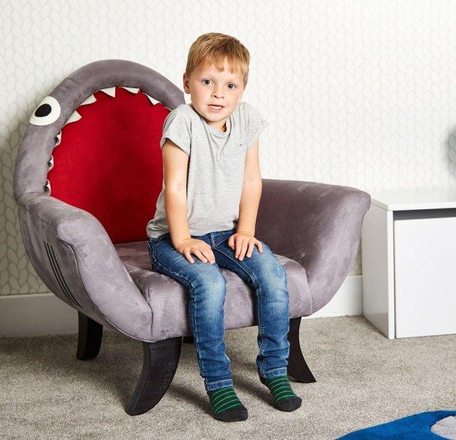 「食べちゃうぞ~」大きなお口を開けたサメのソファを発見! なんと「サメのエサ」までついてくる!?