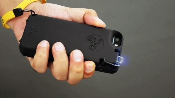 アメリカ生まれの「スタンガン機能付きiPhoneケース」が護身用に良さそう! 空中で放電するだけでも威嚇効果も