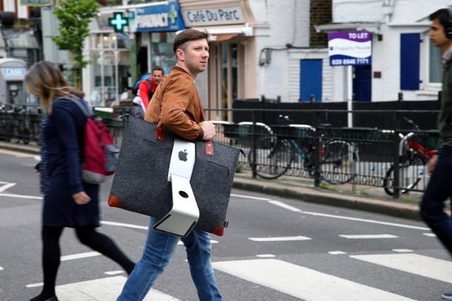 デスクトップPCを持ち運ぶバッグですと…! 重そうだけどパソコン作業の可能性がおおいに広がりそうです