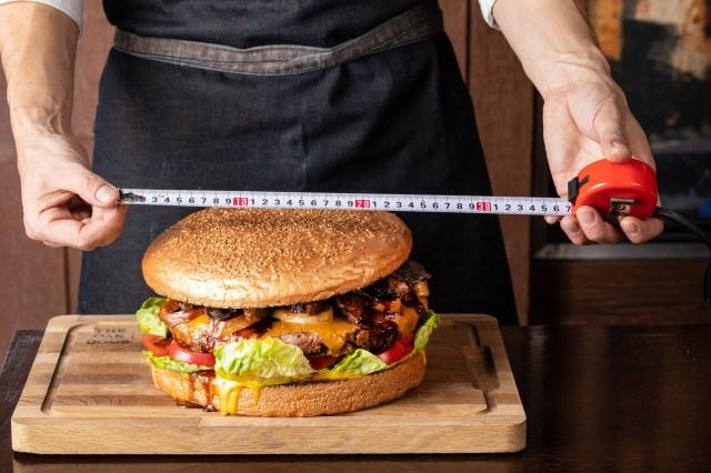 【嘘じゃない】10万円の巨大ハンバーガーがグランドハイアットに登場! 黒毛和牛にフォアグラ、トリュフ、金粉と高級食材の大渋滞です