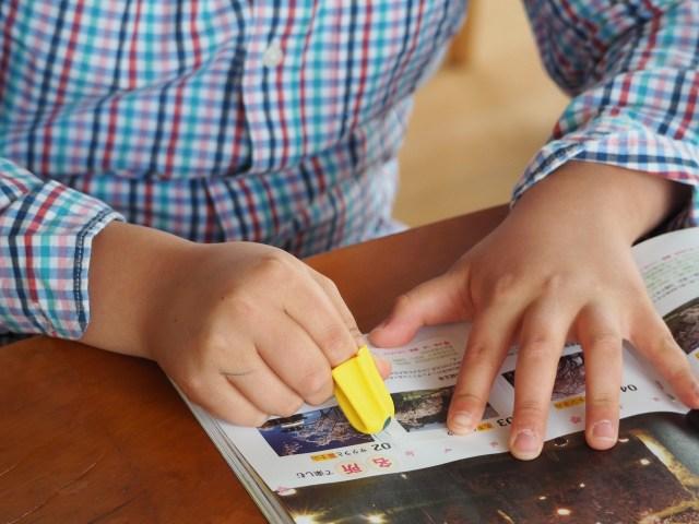 指にすぽっとはめるだけで使える「フィンガーカッター」が地味に便利! 軽くなそるだけで紙がスーッと切れちゃいます