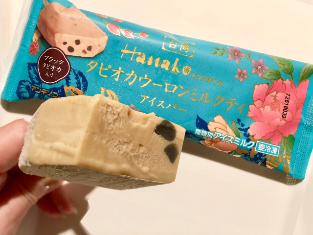 ミルクティ × タピオカを楽しめるアイス「タピオカウーロンミルクティアイスバー」はやみつきの美味しさ! コンビニで見つけたら即ゲットだよ
