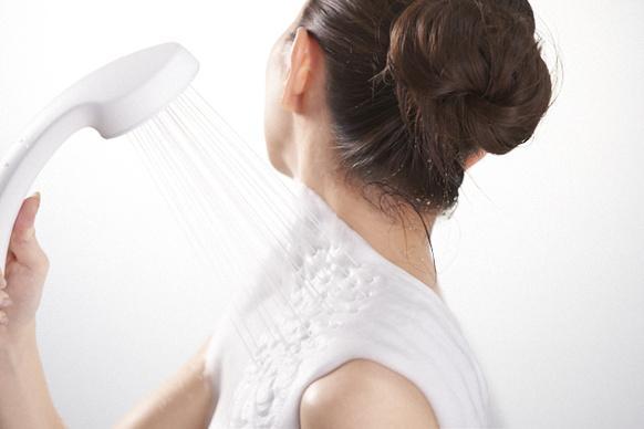 """普通のシャワーにしか見えないのに """"泡"""" が出てくる! 白まゆに包まれるように全身をパックできる「KINUAMI」がすごい"""