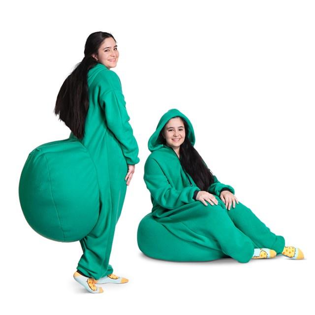 【神アイテム】これさえ着ればどこでもフカフカな座り心地に! お尻にでっかいクッションがついた「つなぎ」が魅力的だよーーー!!