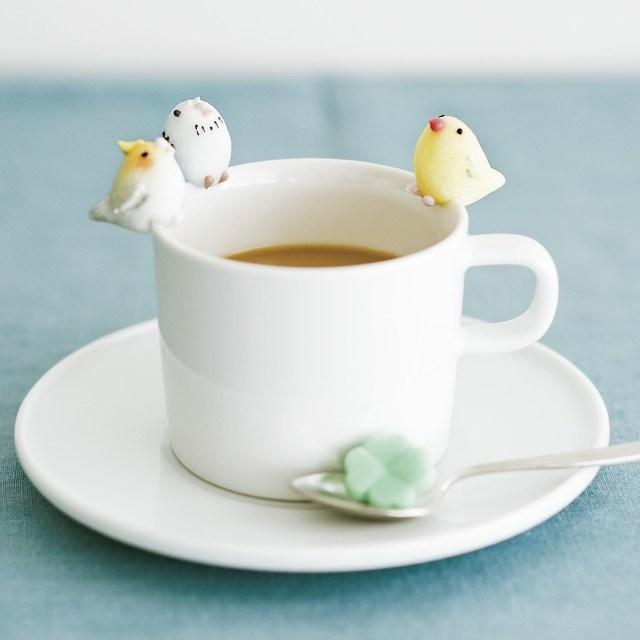 """カップのふちに """"ちょこん"""" ととまる「小鳥シュガー」が可愛さの極み♡ 甘く幸せなティータイムはいかが?"""