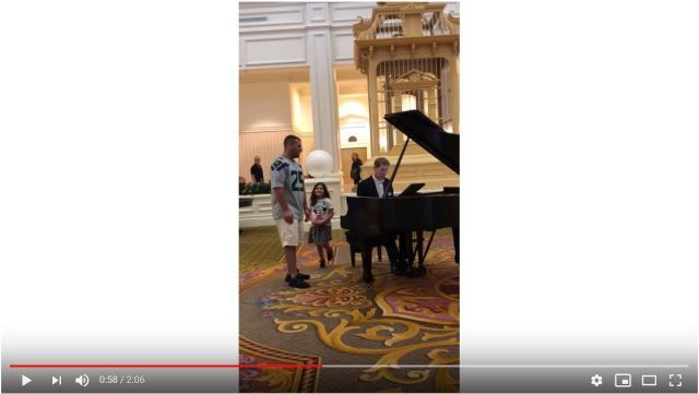 史上最高の「歌ってみた」動画…!? ホテルのピアノ演奏に飛び入りしたパパの熱唱が想像を絶するレベルでした