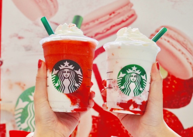 【スタバ新作】ふたごの「#ストロベリーベリーマッチフラペチーノ」を飲み比べ! レッドは史上最高のイチゴ感、ホワイトは贅沢スイーツ感だよ〜っ♡
