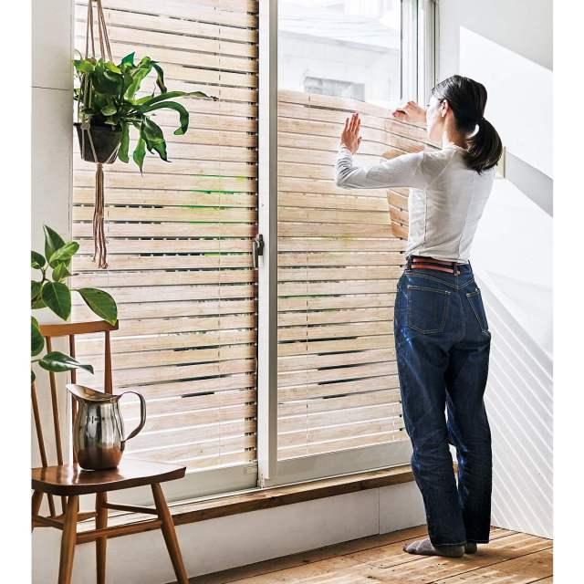 貼るだけでウッドブラインド風になる「UVカットシート」 窓からの紫外線を心地よく防ぐよ