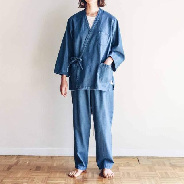 オシャレな部屋着を探しているなら「デニム作務衣」はいかが? ユニセックスだからペアルックもできるよ