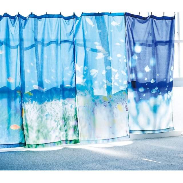 フェリシモの「お部屋が海になるカーテン」が涼しげでイイ感じ♪ 海の色と魚の姿で癒やし効果満点です