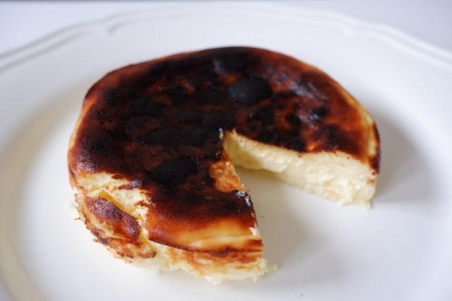 見た目は真っ黒焦げ! 中はトロ〜っと半熟! 話題の「バスクチーズケーキ」は意外と簡単に作れちゃうんです♪