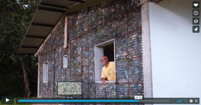ペットボトルを100万本集めて「村」を作ってしまった男性の熱意がすごい! 目的はプラスチックごみを減らすこと