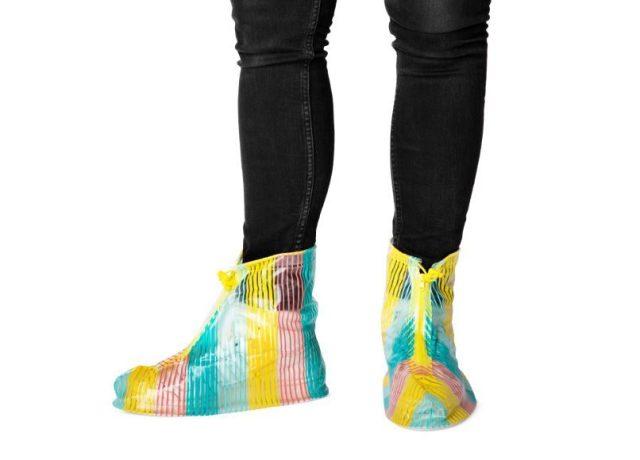 フライングタイガーコペンハーゲンの「シューズカバー」があれば長靴いらず♪ 靴ごと包んで梅雨時の足元をカラフルに!