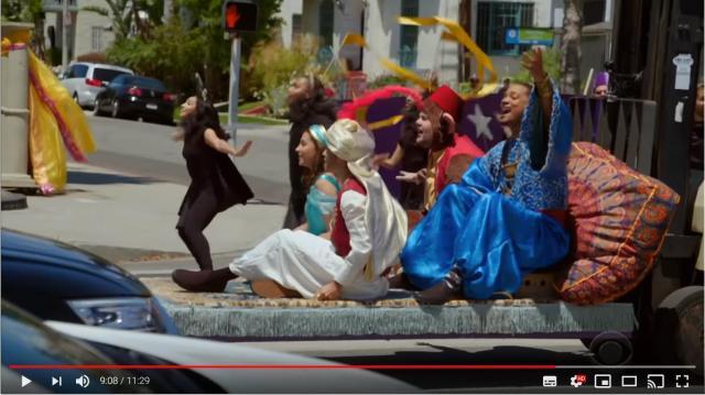 ウィル・スミスが横断歩道で『アラジン』を熱演!! 本家メインキャストが出演するパロディミュージカルが超豪華