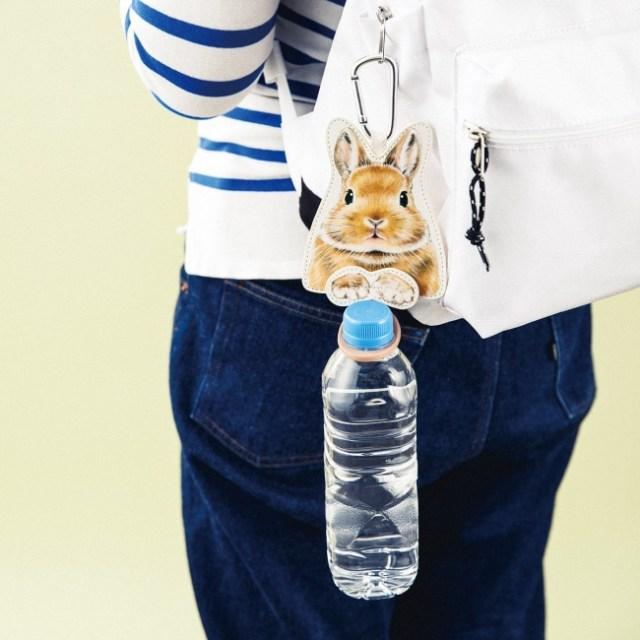 うさぎさんがペットボトルを持ってくれる「ペットボトルホルダー」がたまらん可愛さ! 後ろ姿も注目です♪