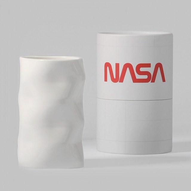 カップの底をのぞくと「宇宙」が見える!!「NASA公認マグカップ」が超未来的でステキです