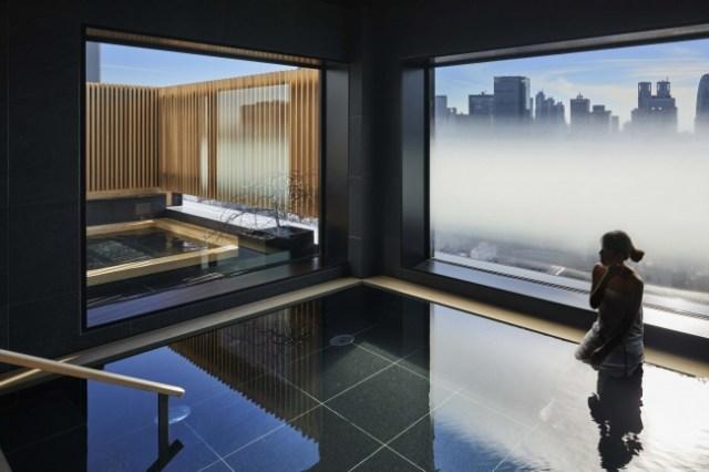 新宿のど真ん中に「屋上露天風呂」が楽しめちゃう温泉宿「ONSEN RYOKAN 由縁 新宿」が登場したよ! 朝も夜も気持ち良さそうです