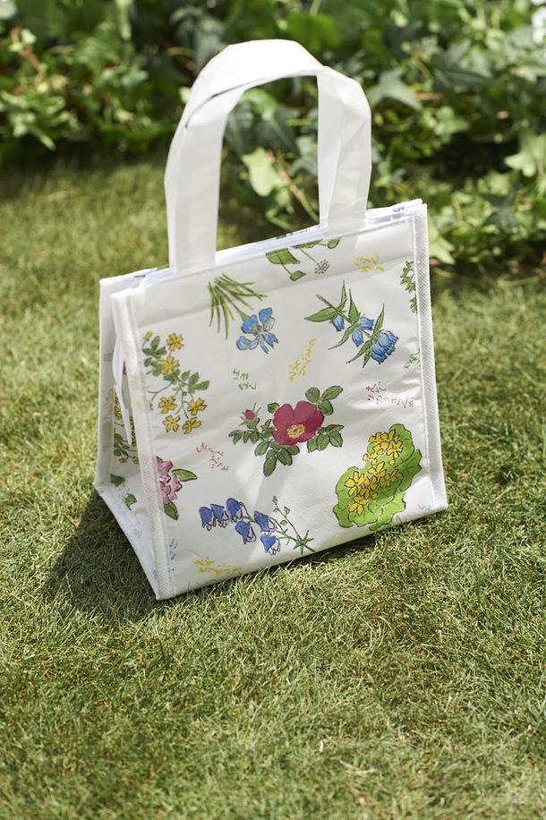 「六花亭」とコラボした保冷バッグが雑誌「クロワッサン」の付録に!  包装紙と同じ可憐な野の花がデザインされています