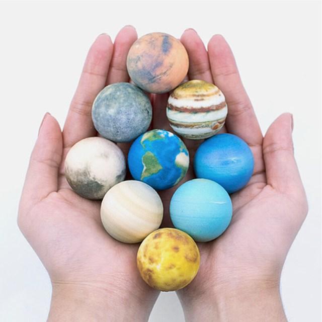 「太陽系」の星々が美しいミニチュア模型のセットに! スマホをかざせば宇宙空間に浮かび上がる姿が見られます