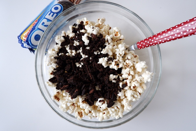 【簡単レシピ】「OREOポップコーン」が美味しすぎて止まらない! オレオを砕いてポップコーンと混ぜたら完成だよ