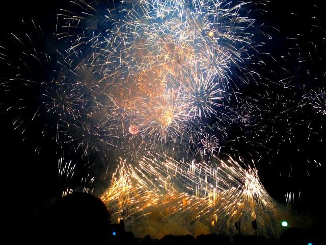 【穴場】府中の「JRA 東京競馬場 花火大会」が超快適! 混まないうえに花火もド派手で満足度大です