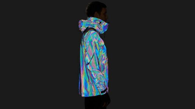 イカの特性にインスパイアされたジャケットが摩訶不思議! 黒色のはずが光を当てると七色にまぶしく輝くよ