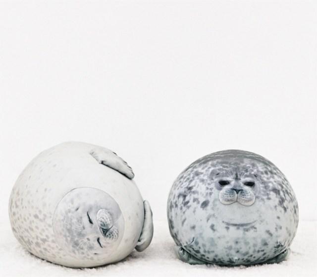 海遊館のおまんじゅうみたいな「アザラシ」がぬいぐるみに! まん丸体型も体の模様もリアルに再現してるよ〜