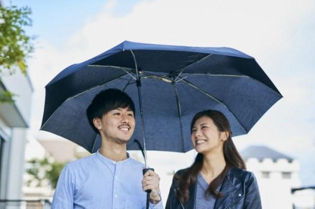 芯が横にずれた折りたたみ傘ですと!?  不思議な形だけど相合い傘もしやすくてリュックも濡れない神構造でした