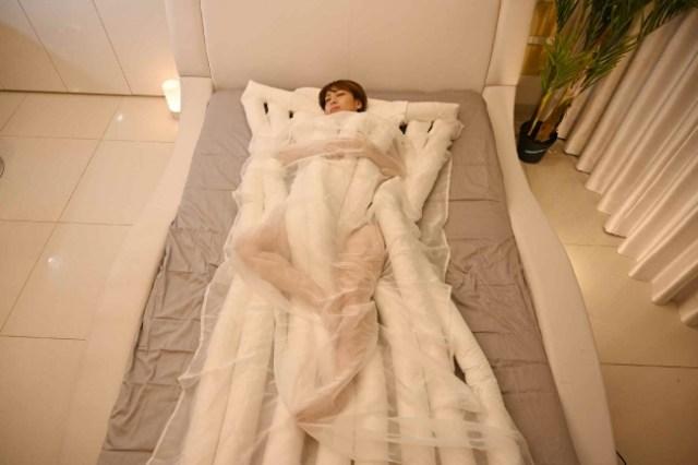 """うどんに包まれて眠る「睡眠用うどん」が爆誕! """"絶頂睡眠"""" で有名なヘッドスパ「悟空のきもち」が作った本気の寝具だよ★"""