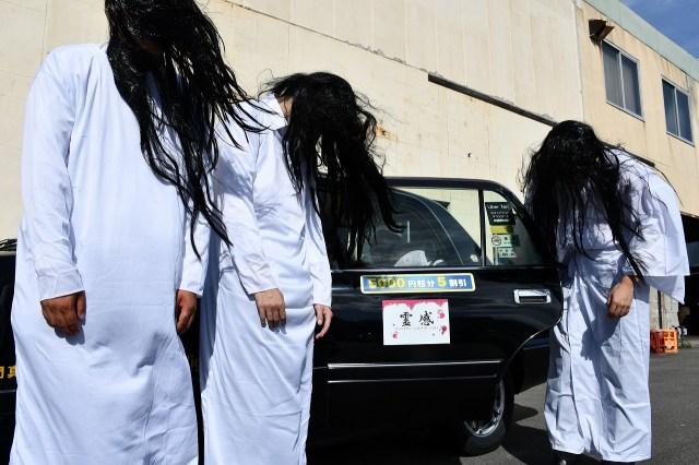 お化け屋敷みたいな「霊感タクシー」が大阪の街を運行中! 乗務員の服装も車内もとにかく恐すぎるよ!