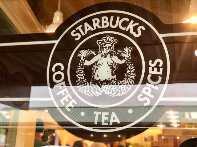 アメリカ・シアトルにある「スタバ1号店」に行ってみた! シアトルは機内コーヒーも自販機も「スタバ」だらけの街でびっくりした話