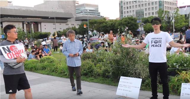 韓国の「安倍政権糾弾デモ」会場で日本人がフリーハグをしてみたら…! 怖くなかったのか本人に話を聞いてみました