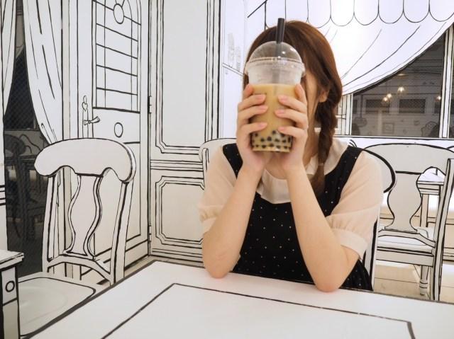 【まるで合成!?】新大久保「2D Cafe」に行ったら脳がバグりそうになった! 360度超フォトジェニックな新感覚空間です