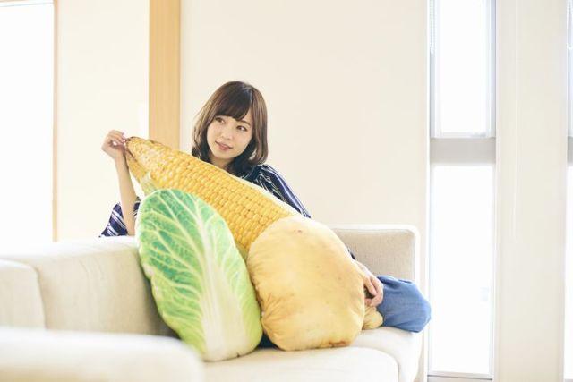 お家が野菜畑に!? リアルなとうもろこし、じゃがいも、白菜の「巨大お野菜クッション」が登場したよ♪