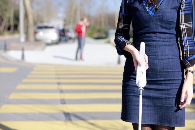 視覚障害を持つエンジニアが開発した「スマート白杖」が最先端!センサーで障害物を検知&Googleマップで音声ナビもしてくれます
